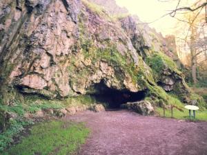 Une grotte.