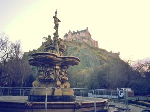 Le château Édimbourg (de la fontaine Ross).