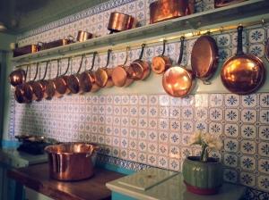 Dans la cuisine.